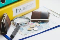 Spazio in bianco pulito di assicurazione, zloty polacca, lente d'ingrandimento e portafogli Fotografia Stock Libera da Diritti