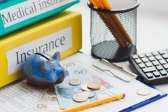 Spazio in bianco pulito di assicurazione, zloty polacca, porcellino salvadanaio e calcolatore Fotografia Stock