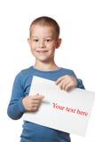 Spazio in bianco sorridente del documento della holding del ragazzo Fotografia Stock