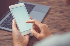 Spazio in bianco bianco sullo schermo con lo Smart Phone mobile moderno, mano della donna Fotografie Stock