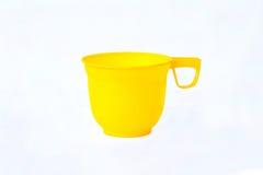 Spazio in bianco vuoto della tazza di plastica gialla per caffè Fotografia Stock