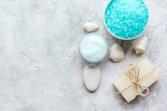Spazio blu di vista superiore del sale marino, del sapone e della crema per il corpo per testo Fotografia Stock Libera da Diritti