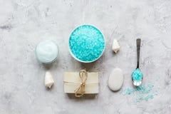 Spazio blu di vista superiore del sale marino, del sapone e della crema per il corpo per testo Fotografie Stock