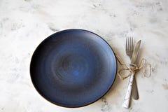 Spazio ceramico della copia del fondo del piatto del coltello della forcella della coltelleria di colori pastelli del piatto fotografia stock libera da diritti