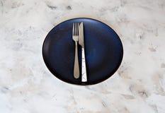Spazio ceramico della copia del fondo del piatto del coltello della forcella della coltelleria di colori pastelli del piatto fotografie stock libere da diritti
