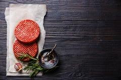 Spazio crudo della copia delle cotolette dell'hamburger della carne della carne tritata fotografie stock