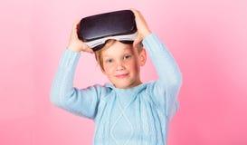 Spazio cyber e gioco virtuale Tecnologia di futuro di realtà virtuale Scopra la realtà virtuale Gioco del ragazzo del bambino vir fotografia stock libera da diritti