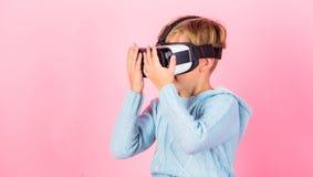 Spazio cyber e gioco virtuale Tecnologia di futuro di realtà virtuale Scopra la realtà virtuale Vetri del vr di usura del ragazzo immagine stock libera da diritti