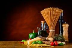 Spazio della copia della pasta degli spaghetti del grano intero di Brown Immagini Stock