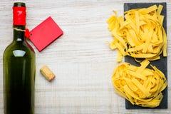 Spazio della copia della pasta di tagliatelle e del vino Immagine Stock