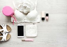 Spazio della copia e di vista superiore degli accessori per la donna fotografie stock libere da diritti