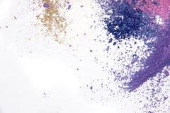 Spazio della copia sparso polvere cosmetica dell'ombretto vario insieme su fondo bianco Il concetto del indust di bellezza e di m Fotografia Stock