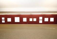 Spazio della galleria di arte moderno con tela di canapa in bianco Fotografia Stock Libera da Diritti