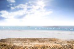 Spazio dello scrittorio il lato della spiaggia ed il giorno soleggiato Fotografia Stock