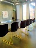 Spazio di conferenza con le sedie allineate Fotografia Stock Libera da Diritti