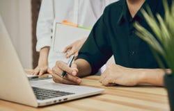 Spazio di Coworking, gruppo che lavora insieme Scrittori del posto di lavoro e computer e documenti moderni immagine stock libera da diritti