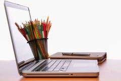 Spazio di funzionamento, computer portatile, blocco note sullo scrittorio di legno Fotografia Stock