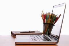 Spazio di funzionamento, computer portatile, blocco note sullo scrittorio di legno Fotografia Stock Libera da Diritti