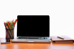 Spazio di funzionamento, computer portatile, blocco note sullo scrittorio di legno Immagine Stock