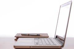 Spazio di funzionamento, computer portatile, blocco note sullo scrittorio di legno Fotografie Stock