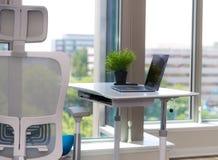 Spazio di funzionamento vuoto contemporaneo con il computer portatile su una tavola, lavoro dalla casa fotografia stock