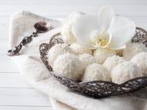 Spazio di legno della copia del fondo del fiore d'annata dell'orchidea del piatto della caramella della noce di cocco Fotografia Stock Libera da Diritti