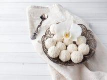 Spazio di legno della copia del fondo del fiore d'annata dell'orchidea del piatto della caramella della noce di cocco Fotografia Stock