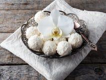 Spazio di legno della copia del fondo del fiore d'annata dell'orchidea del piatto della caramella della noce di cocco Immagine Stock Libera da Diritti