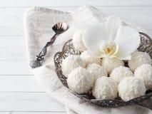 Spazio di legno della copia del fondo del fiore d'annata dell'orchidea del piatto della caramella della noce di cocco Fotografie Stock