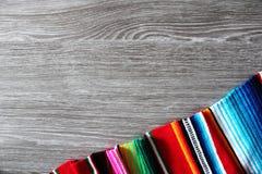 Spazio di legno della copia di cinco del fondo del serape del poncio di festa messicana del de Mayo Fotografie Stock