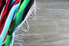 Spazio di legno della copia di cinco del fondo del serape del poncio di festa messicana del de Mayo Immagine Stock Libera da Diritti
