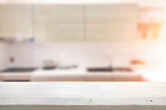Spazio di legno dello scrittorio e vago del fondo della cucina per il prodotto d Immagini Stock