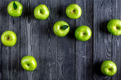 spazio di legno scuro di vista superiore del fondo della tavola delle mele verdi mature per testo Immagine Stock