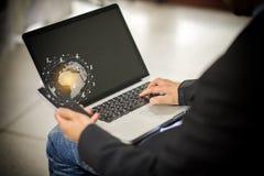 Spazio di Working dell'uomo d'affari con il computer portatile Fotografia Stock