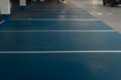 Spazio libero libero del parcheggio in un multi parcheggio di storia del centro commerciale fotografie stock libere da diritti