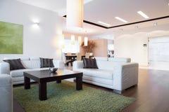 Spazio luminoso dentro l'appartamento immagini stock libere da diritti