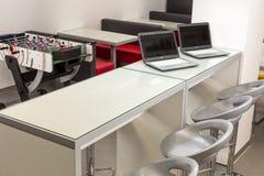 Ufficio Moderno Sa : Spazio ufficio moderno con gli scrittori ed i computer portatili