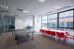 Spazio ricreativo con il cibo della tavola e sedie e tavola da ping-pong Immagini Stock Libere da Diritti
