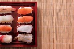 Spazio rosso della copia del vassoio del gamberetto di color salmone giapponese dell'alimento dei sushi Fotografie Stock