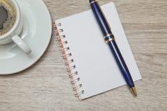 Spazio ufficio con un taccuino vuoto a tempo del caffè che cerca le idee ispiratrici Fotografie Stock