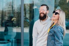 Spazio urbano della copia di stile di vita delle giovani coppie casuali fotografia stock libera da diritti