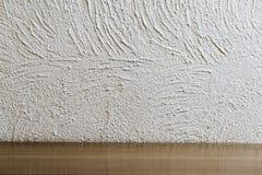 Spazio vuoto davanti alla superficie della parete del gesso ed al legno bianchi, struttura del cemento Immagini Stock