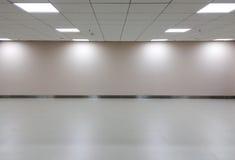 Spazio vuoto di stanza bianca con plafoniera per l'interno della galleria Fotografia Stock
