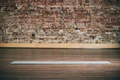 Spazio vuoto nel centro di forma fisica, muro di mattoni, pavimento di legno naturale, studio moderno del sottotetto, stuoia svol fotografia stock