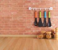 Spazio vuoto sul contatore di cucina con gli utensili sui ganci fotografia stock