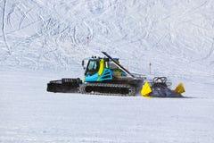 Spazzaneve alla stazione sciistica delle montagne - Innsbruck Austria Immagini Stock