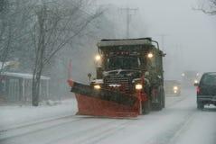 Spazzaneve nello sviluppare la bufera di neve della Nuova Inghilterra Fotografie Stock Libere da Diritti