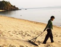 Spazzare la spiaggia Fotografie Stock