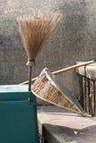 Spazzata della scopa la pulizia della strumentazione dei rifiuti Immagine Stock