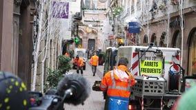 Spazzatrice dei lavoratori di servizi pubblici che entra in area assicurata della scena Strasburgo di attacco terroristico video d archivio